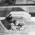 Schalkbeeldje boven pijler 18 - Amsterdam - 20013041 - RCE.jpg