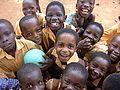 Schulkinder einer Grundschule in Ghana.jpg
