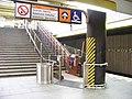 Smíchovské nádraží, dolní plošina pro vozíčkáře, zdola.jpg