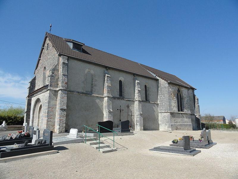 Côté et partie du cimetière de l'église Saint-Médard de Saint-Mard-lès-Rouffy (France).