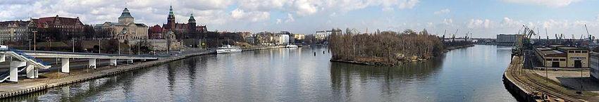 Polski: Widok w Szczecinie na Odrę (po lewej) i Duńczycę (po prawej) z estakady Trasy Zamkowej. Po lewej stronie Wały Chrobrego, na wprost Wyspa Grodzka, po prawej Łasztownia