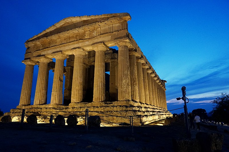 File:Temple of Concordia in Sicilia at night 01.jpg