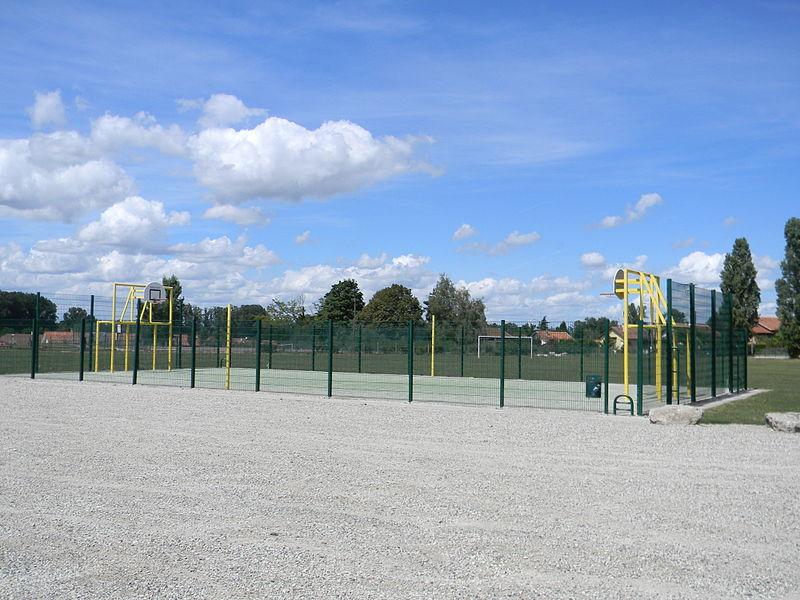 Un terrain de basket à Chavanoz.