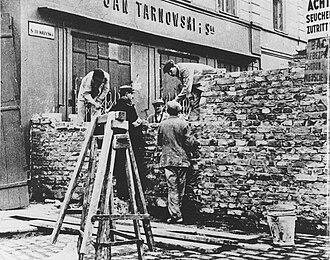 """Nazi ghettos - Warsaw Ghetto; walling-off Świętokrzyska Street (seen from """"Aryan side"""" of Marszałkowska)"""