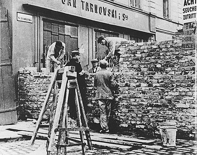 Walling-off Swietokrzyska Street seen from Marszalkowska Street on the 'Aryan side' of the Warsaw Ghetto, 1940 The Wall of ghetto in Warsaw - Building on Nazi-German order August 1940.jpg