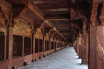 The sandstone corridor of Fathepur Sikhiri.jpg