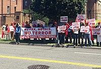 Saldırının ardından Türkiye'nin Washington, DC Büyükelçiliği önünde protesto gösterisi yapan gruplar, Washington, DC, ABD