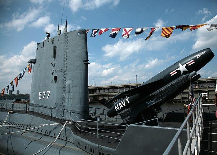 USSグローラーは、500マイル(800 km)の巡航ミサイルを使用して核抑止力を提供するよう設計された2つの潜水艦の1つです。レギュラスIミサイル(博物館船としてのニューヨークのピア86に表示) )。