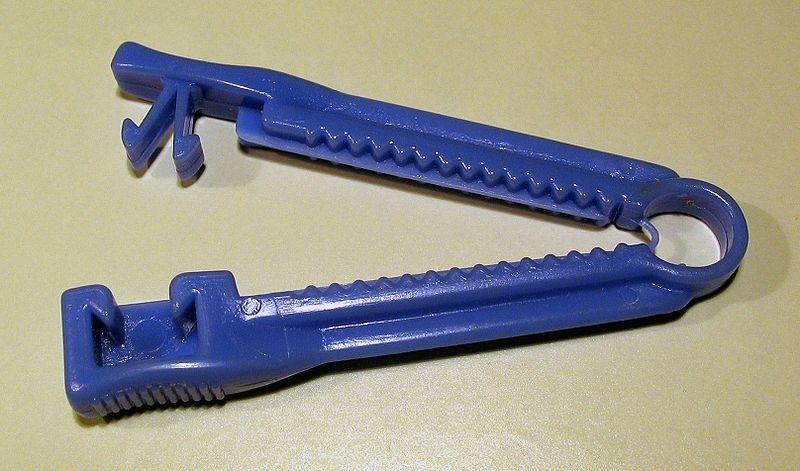 File:Umbical cord clamp 2005.jpg