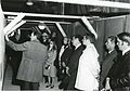 Valtionarkisto 1971. Lisärakennuksen harjannostajaiset 7.5.1971. Arkkitehti Olof Hansson esittelee. Kansallisarkisto.jpg