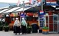 Vaste klederdracht klanten van Simonis vis in Scheveningen.jpg