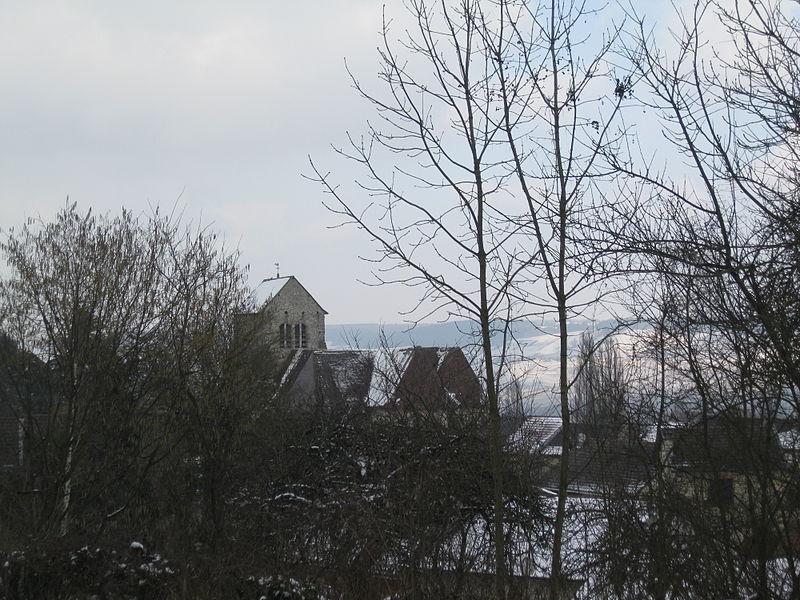 Vue du village et de l'église depuis les hauteurs, au sud.