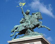 La statue équestre de Vercingétorix arborant le drapeau de l'ASM Clermont Auvergne