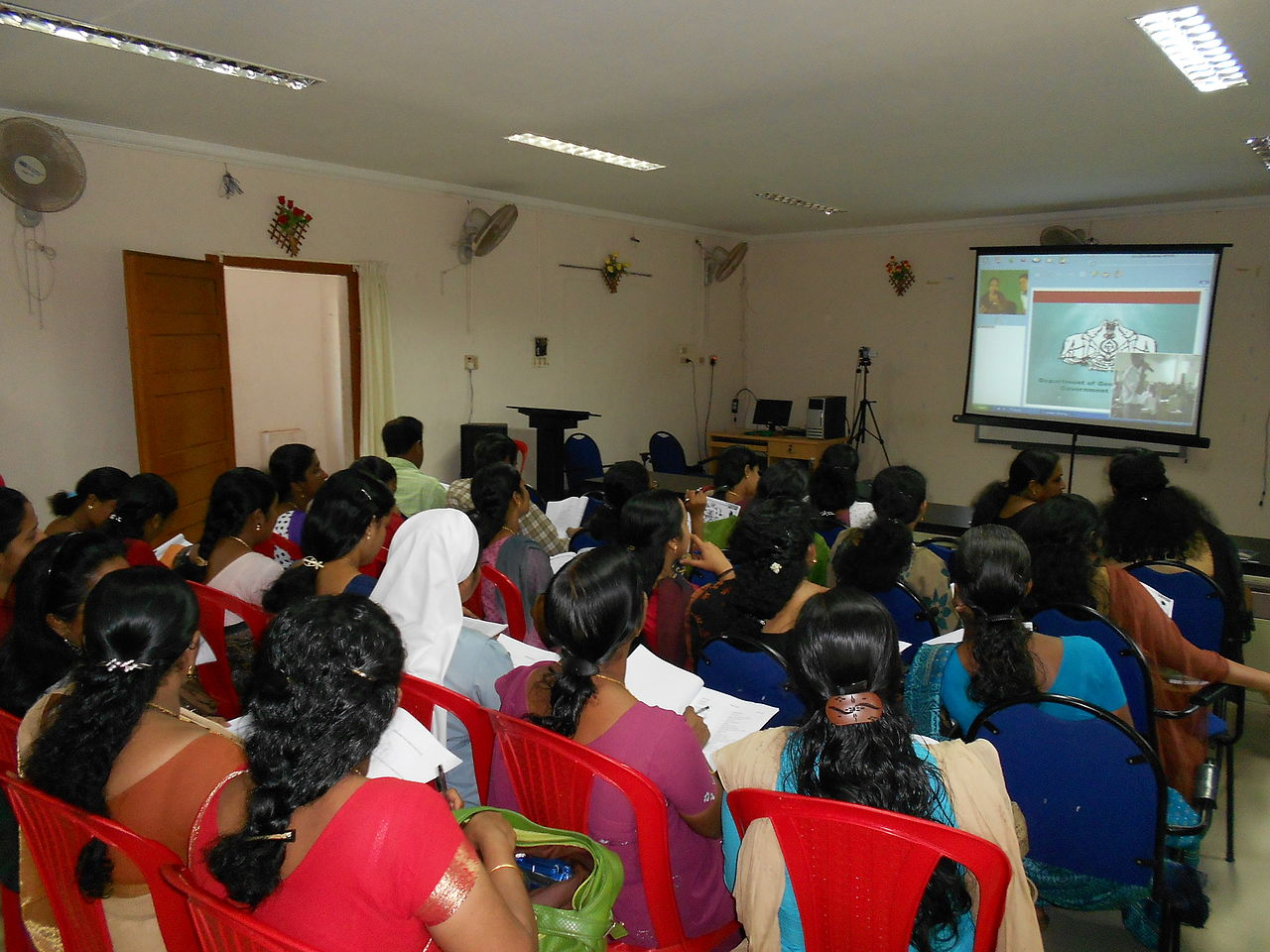 A video conference class for English teachers in Kollam. Photo credit: Foto Kannan via Wikimedia Commons [Licensed under CC-BY-SA-3.0]