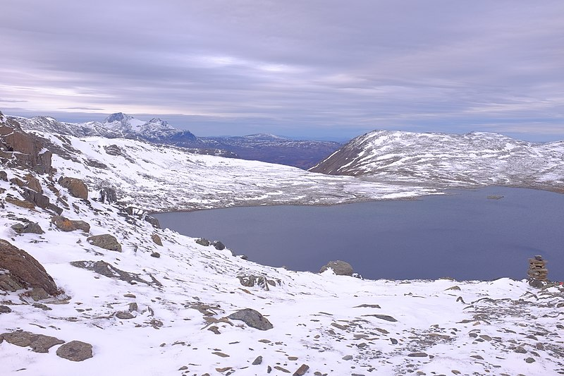File:View from Riarskaret towards Fossådalsvatnet and Snota mountain in the distance.jpg