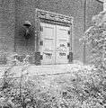 Voorgevel, detail ingangspartij met reliëf - Schiedam - 20353612 - RCE.jpg