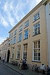 foto van Monumentaal pand met inrijpoort en binnenplaats. Gepleisterde lijstgevel. Binnenbetimmering en deuren in Lod.XIV stijl
