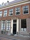 foto van Herenhuis. Gevel met rechte kroonlijst, zadeldak eindigend in topgevels