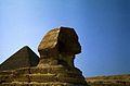 Ägypten 1983 (22) Gizeh- Sphinx und Cheopspyramide (22392414243).jpg