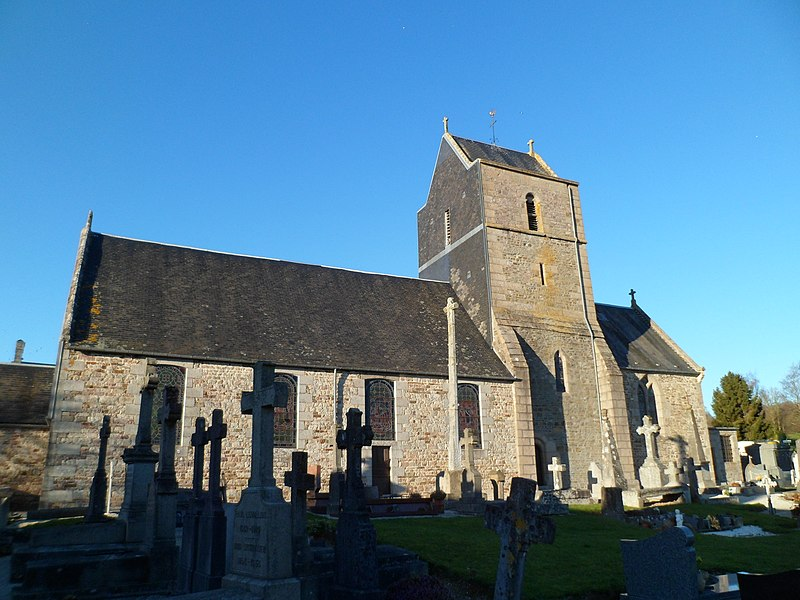 Église Saint-Vigor de fr:Saint-Vigor-des-Monts. La croix du cimetière est munie de trois séries de quatre bubons et d'une inscription.