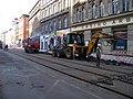 Štefánikova, rekonstrukce TT, u Arbesova náměstí, JCB sbíječka.jpg
