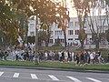 Избиратели ждут результатов голосования у школы 155, Минск 05.jpg