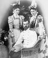 Император Николай II с императрицей Александрой Фёдоровной и её сестрой Великой княгиней Елизаветорй Фёдоровной.jpg