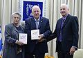 יצחק קדמן עם ראובן ונחמה ריבלין בטקס הגשת השנתון הסטטיסטי של המועצה לשלום הילד לשנת 2014.jpg
