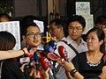 九把刀2014年9月10日在台北地方法院外對記者發表談話.jpg