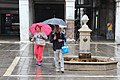 0 Venise, touristes aux parapluie sur la Campo San Giacometto.JPG