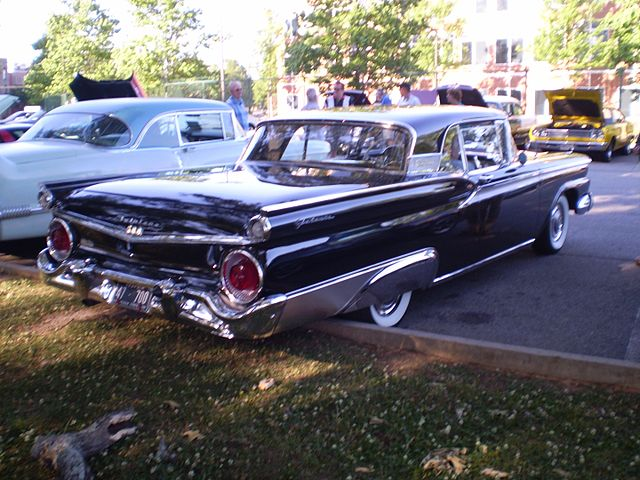 https://upload.wikimedia.org/wikipedia/commons/thumb/4/4f/1959_ford_fairlane_500_galaxie_skyliner_%28reverse%29.jpg/640px-1959_ford_fairlane_500_galaxie_skyliner_%28reverse%29.jpg