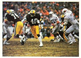 1982–83 NFL playoffs - Packers' running back Ivery (40) rushing the ball through the Cardinals' defense in the NFC First Round Playoff game.