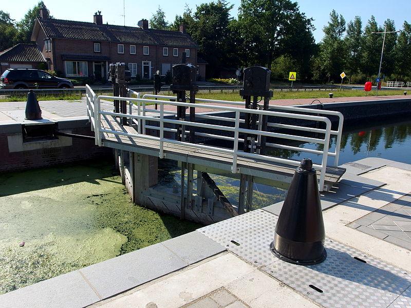 File:20140723 Sluis (canal lock) 7 in Zuidwillemsvaart; Helmond 03.jpg