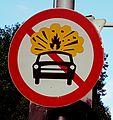 2016-08-19 Autodach-Bomben sind verboten! Straßenschild in Peking, China.jpg