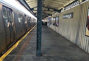 39th Avenue (BMT Astoria Line) - Image: 39th Avenue Astoria Bound platform