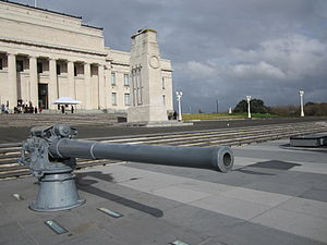 4-inch gun from HMS New Zealand in front of the Auckland Museum in June 2012.JPG