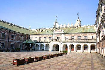 Polski: Dziedziniec zamkowy