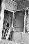 Pand onder zadeldak tegen gevel met grote trappen waartegen gebeeldhouwde klauwstukken