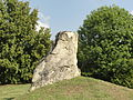 Ableiges (95), menhir, rue Jean-Perrin (RD 92).jpg