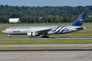 Alitalia, EI-DDH, Boeing 777-243 ER (28429176056).jpg