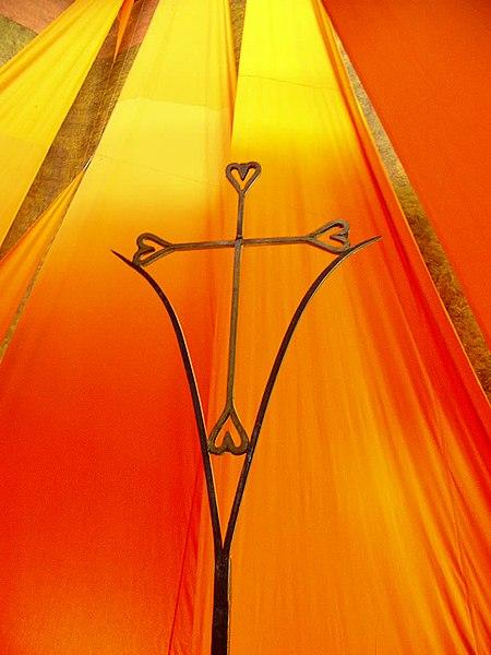 File:Altarraum-Kreuz in Taizé.jpg