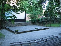 https://upload.wikimedia.org/wikipedia/commons/thumb/4/4f/Amfiteatr_w_Lagowie.jpg/250px-Amfiteatr_w_Lagowie.jpg