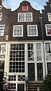 foto van Huis waarboven gevel onder klokvormige rollagen top
