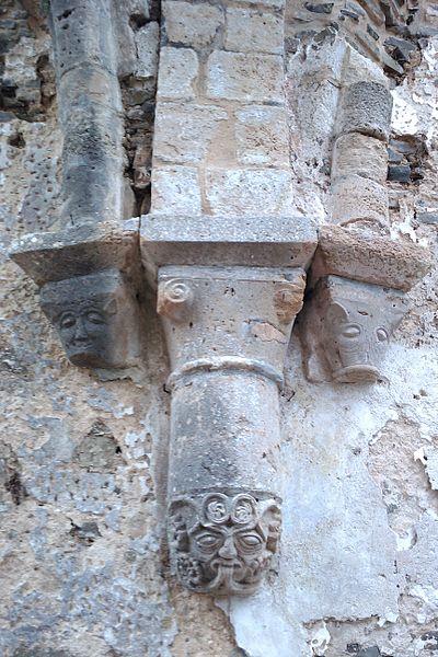 Ancienne église de fr:Saint-Sauveur-de-Pierrepont décor du 12e siècle.