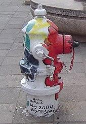 Um hidrante pintado com listras verticais de várias cores