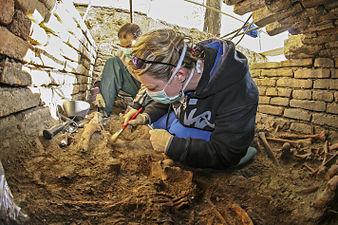 Antropolozi u grobnici 2.jpg