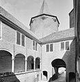 Binnenplaats met galerij met toscaanse zuilen - Dussen - 20347053 - RCE.jpg