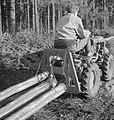 Bosbewerking, arbeiders, boomstammen, landbouwmachines, werktuigen, sleepwerkzaa, Bestanddeelnr 253-4006.jpg