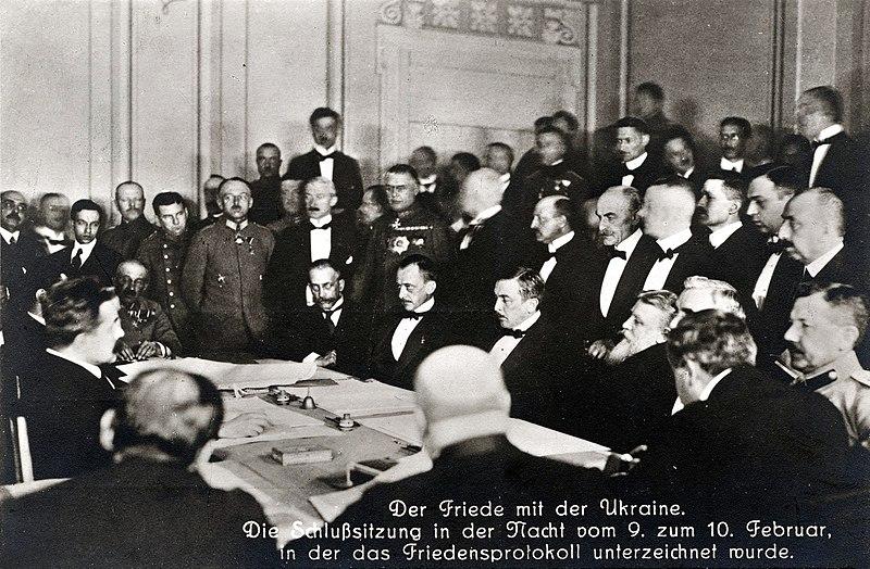 Подписание Брестского мира. Сидят в середине слева напрво: Оттокар Чернин, Ричард Келман и Васил Радославов