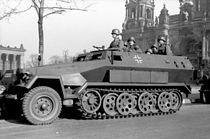 Bundesarchiv Bild 101I-801-0664-37, Berlin, Unter den Linden, Schützenpanzer.jpg